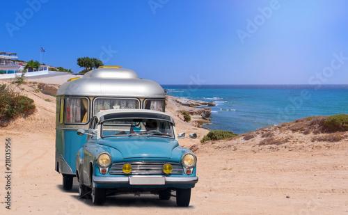 Papiers peints Vintage voitures oldtimer mit wohnwagen am strand von griechenland