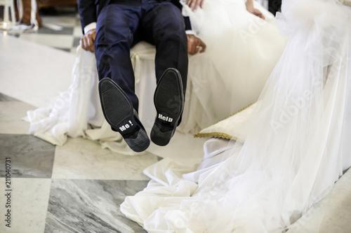Scarpe Sposo Help Me.Sposo Mostra Suola Scarpe Seduto All Altare Con Su Scritto Help