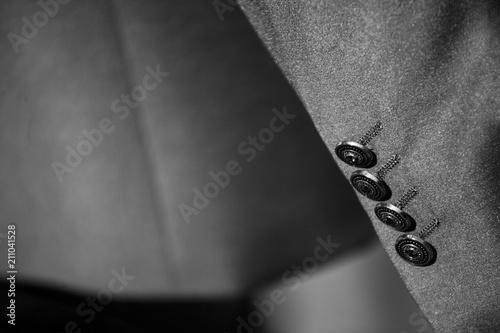 Dettaglio bottoni manica abito