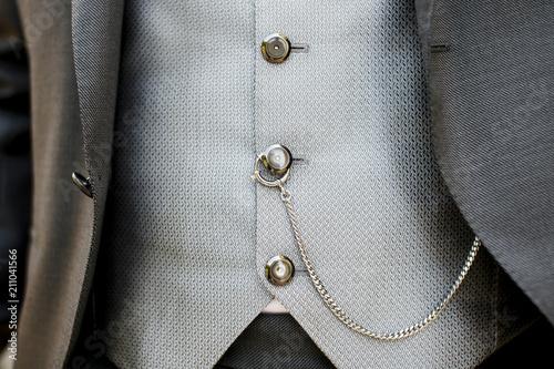 Fotografía  Dettaglio abito da sposo di gilet con catena  legata ad orologio dentro tasca