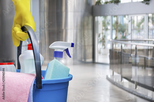 Foto Cleaning lady with a bucket and cleaning products .