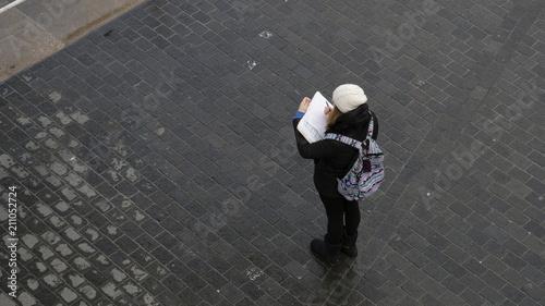 Photo  Chica con apuntes en la calle
