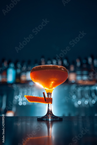 Fotomural orange cocktail on blue background;