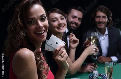 Foto  adult group celebrating friend winning blackjack