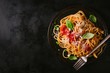 Leinwanddruck Bild - Dark plate with italian spaghetti on dark