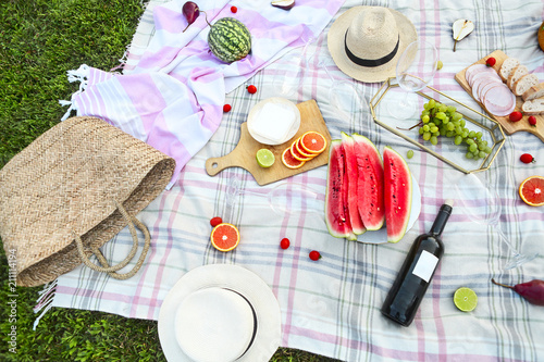 Printed kitchen splashbacks Picnic Picnic with white wine on green grass