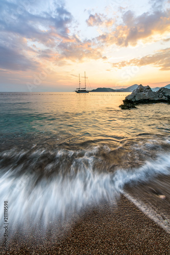 Photographie  sunset on the  sea, long exposure. ship at sunset