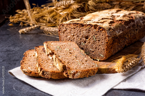Fotografía delicious and healthy home-made wholegrain bread with honey