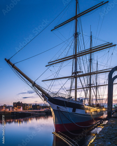 Spoed Foto op Canvas Schip Old ship on the dock against the background of the evening sky