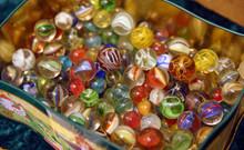 Viele Bunte Glasmurmeln (Klicker) In Einer Schachtel