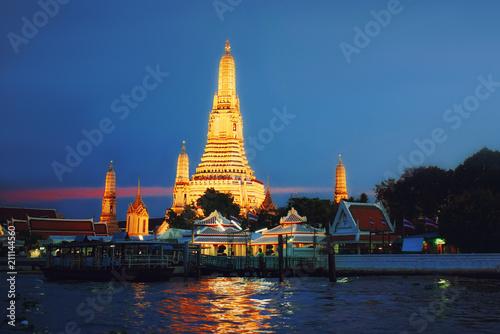 In de dag Bangkok Wat Arun Temple at sunset in bangkok Thailand .