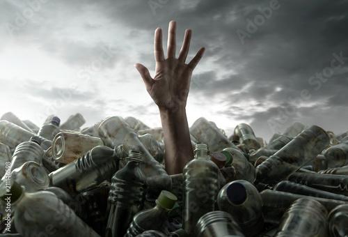 Photographie  Person versinkt im Plastikmüll