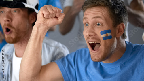 Fotomural Argentinian football fans celebrating national team success in competition