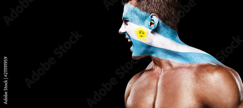 Fotografía Soccer or football fan with bodyart on face with agression - flag of Argentina
