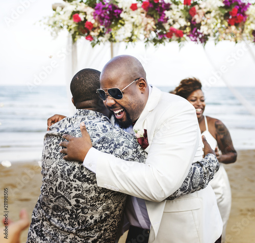 Photo African American couple getting married at the beach