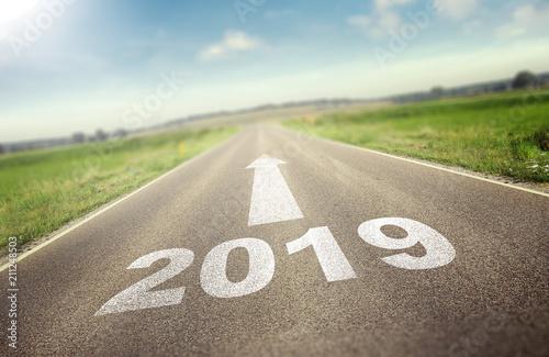 Fototapeta Straße führt zu 2019 obraz