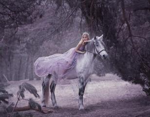 Na jednorożcu leży wróżka w fioletowej, przezroczystej sukience z długim latającym pociągiem. Śpiąca Królewna. Blondynka spaceru z pegasus w lesie. Pieśń elfów. Przetwarzanie artystyczne.