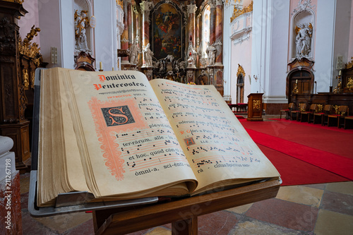 Valokuva  Gesangbuch in einer Kirche