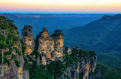 fototapeta na lodówkę Amazing Australian landscape and Three Sisters rock formation in the Blue Mountains at sunset