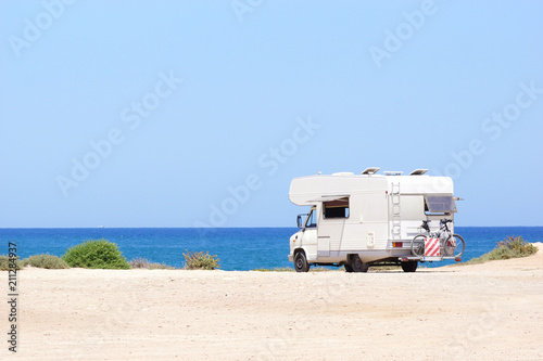 Carta da parati House on the wheels / Camper van on the seaside, travel in vacation