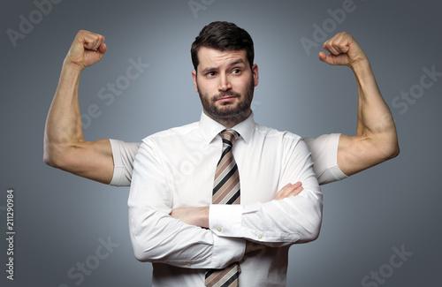 Photo Mann zeigt Muskeln