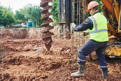 Fotografía  boring holes in ground by drilling rig machine