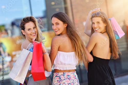 Papiers peints Kiev Happy girl friends shopping in mall