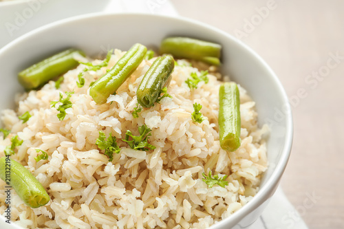 Poster Aromatische Brown rice with green beans in bowl, closeup