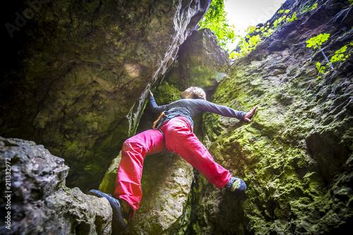 In de dag Alpinisme Frau beim Klettern am Fels