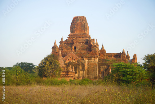 Foto  Ancient Buddhist temple in the early morning