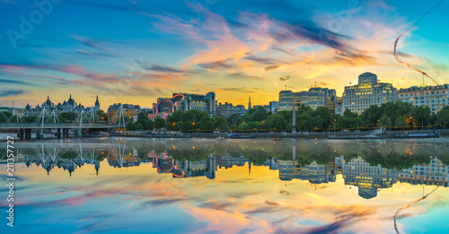Stampa su Tela Skyline panorama of Victoria Embankment in London at sunset tourers