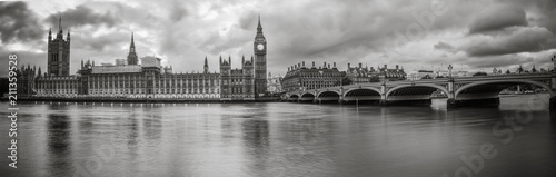 Fotografía  Waterfront view of Palace of Westminster in black and white