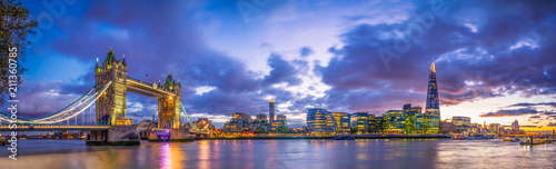 Poster Londres Tower Bridge panorama at blue hour