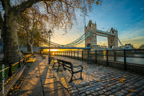 Spoed Fotobehang Bruggen Tower Bridge at sunrise in autumn