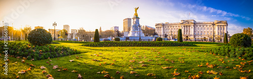 Poster Londres Buckingham Palace panorama in autumn - London, United Kingdom