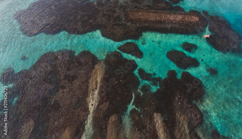 Foto Aerial drone top view of the beautiful ocean lagoon and reef