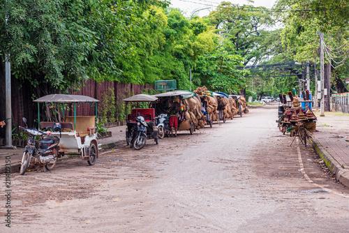 Fototapeta premium Motocykle z dołączonymi wózkami na ulicy w Siem Reap w Kambodży.