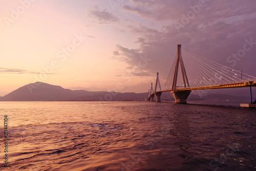 In de dag Rio de Janeiro Greece, Rio Antirion suspended bridge in the twilight