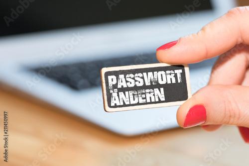 Fotografía  Eine Frau, ein Computer und ein Schild Passwort Ändern