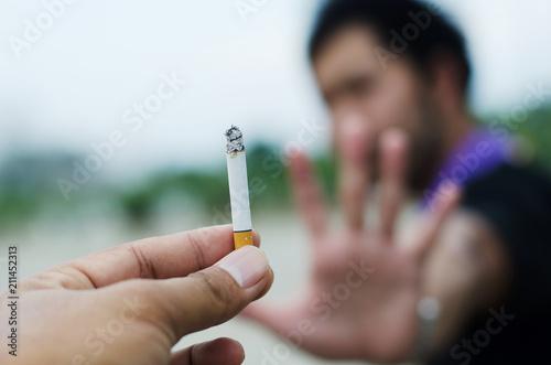 Fotografiet Man rejects cigarette from friends