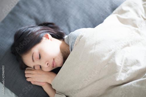 Obraz 睡眠・女性 - fototapety do salonu