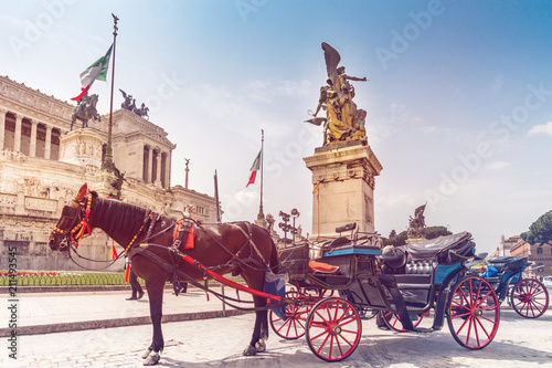 Papiers peints Con. ancienne Altare della Patria and Monument to Vittorio Emanuele II on Piazza Venezia with horse drawn carriage in foreground. Italy capital landmarks.
