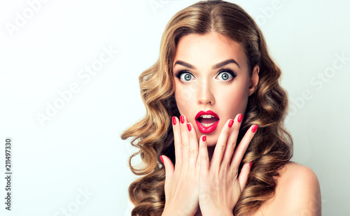 Photo Woman surprise showing product