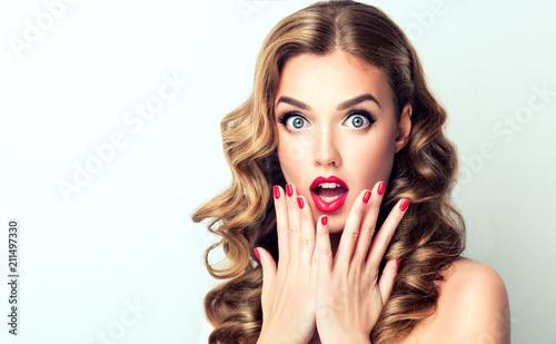 Foto Woman surprise showing product