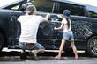 洗車をする親子
