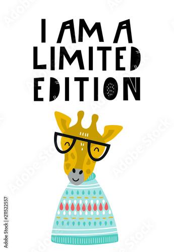 Jestem limitowaną edycją - Śliczne ręcznie rysowane plakat przedszkola z fajnym zwierzęciem żyrafy w okularach i ręcznie rysowanym napisem.