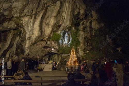 Photo  peregrinos ante la cueva del Santuario de Lourdes  en Francia