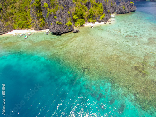 Printed kitchen splashbacks Zanzibar The azure blue sea. Top view of a tropical island with palm trees and blue clear water. Aerial view of a white sand beach and boats over a coral reef. The island of Palawan, Philippines.