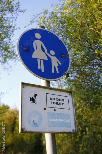 Fotografía  Verkehrsschild, Schild, Mutter mit Kind, Fußgängerzone und den Worten: Hier kein