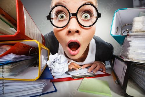 Fotografía Crazy thoughtful accountant businesswoman.